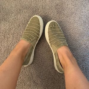 Green distressed flat sneakers